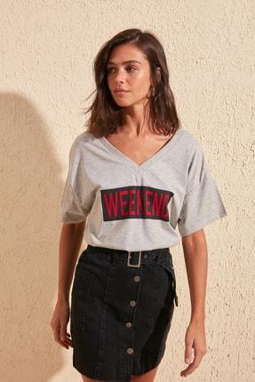 TRENDYOLMİLLA Gri Baskılı Ön ve Arka V Yaka Boyfriend Örme T-Shirt TWOSS20TS0506