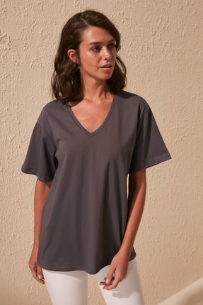 TRENDYOLMİLLA Antrasit %100 Pamuk V Yaka Boyfriend Örme T-Shirt TWOSS20TS0132
