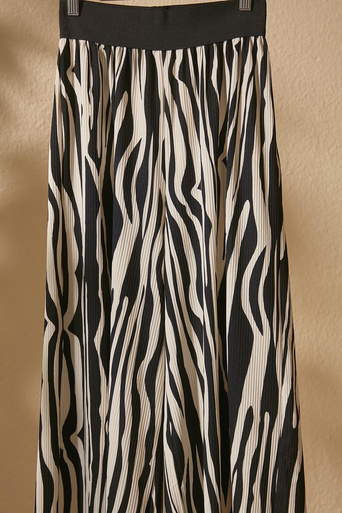 TRENDYOLMİLLA Siyah Zebra Desenli Örme Pantolon TWOSS20PL0463 2