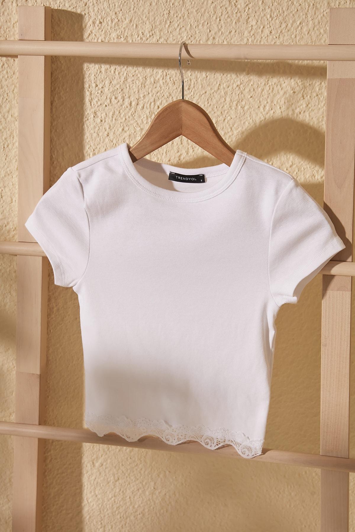 TRENDYOLMİLLA Beyaz Dantelli Crop Örme Bluz TWOSS20BZ1532 1