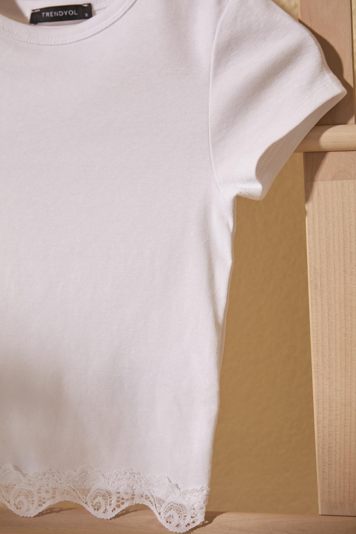 TRENDYOLMİLLA Beyaz Dantelli Crop Örme Bluz TWOSS20BZ1532 2