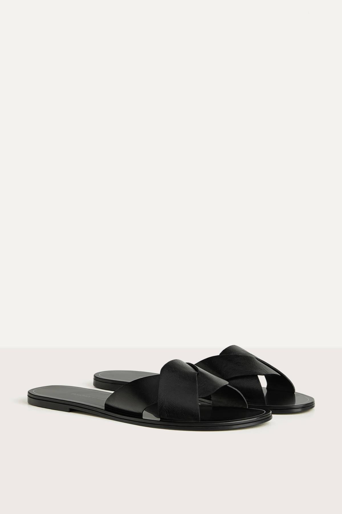 Bershka Kadın Siyah Çapraz Bantlı Düz Sandalet 11800561