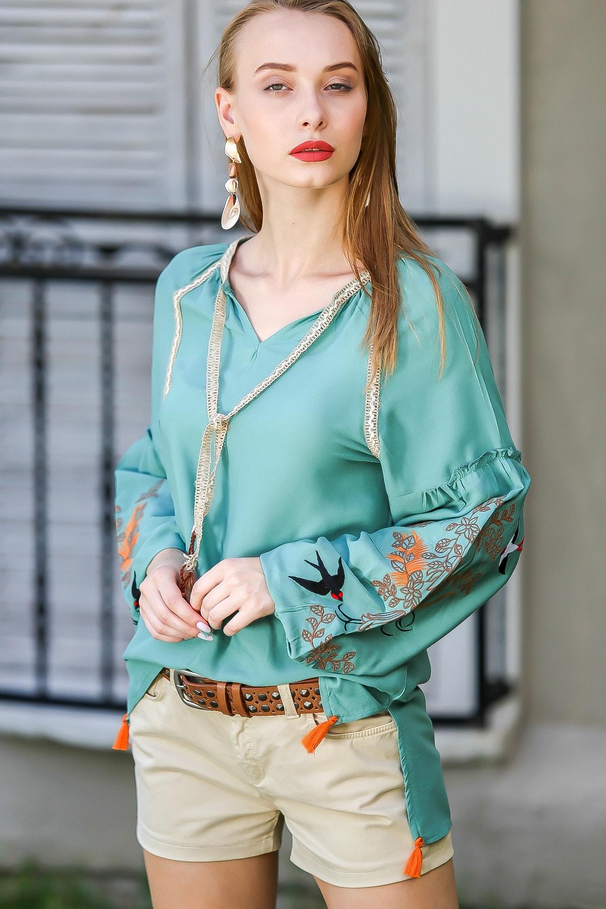 Chiccy Kadın Yeşil Vintage Kolları Kırlangıç Nakışlı Bağlama Detaylı Bluz M10010200Bl96078