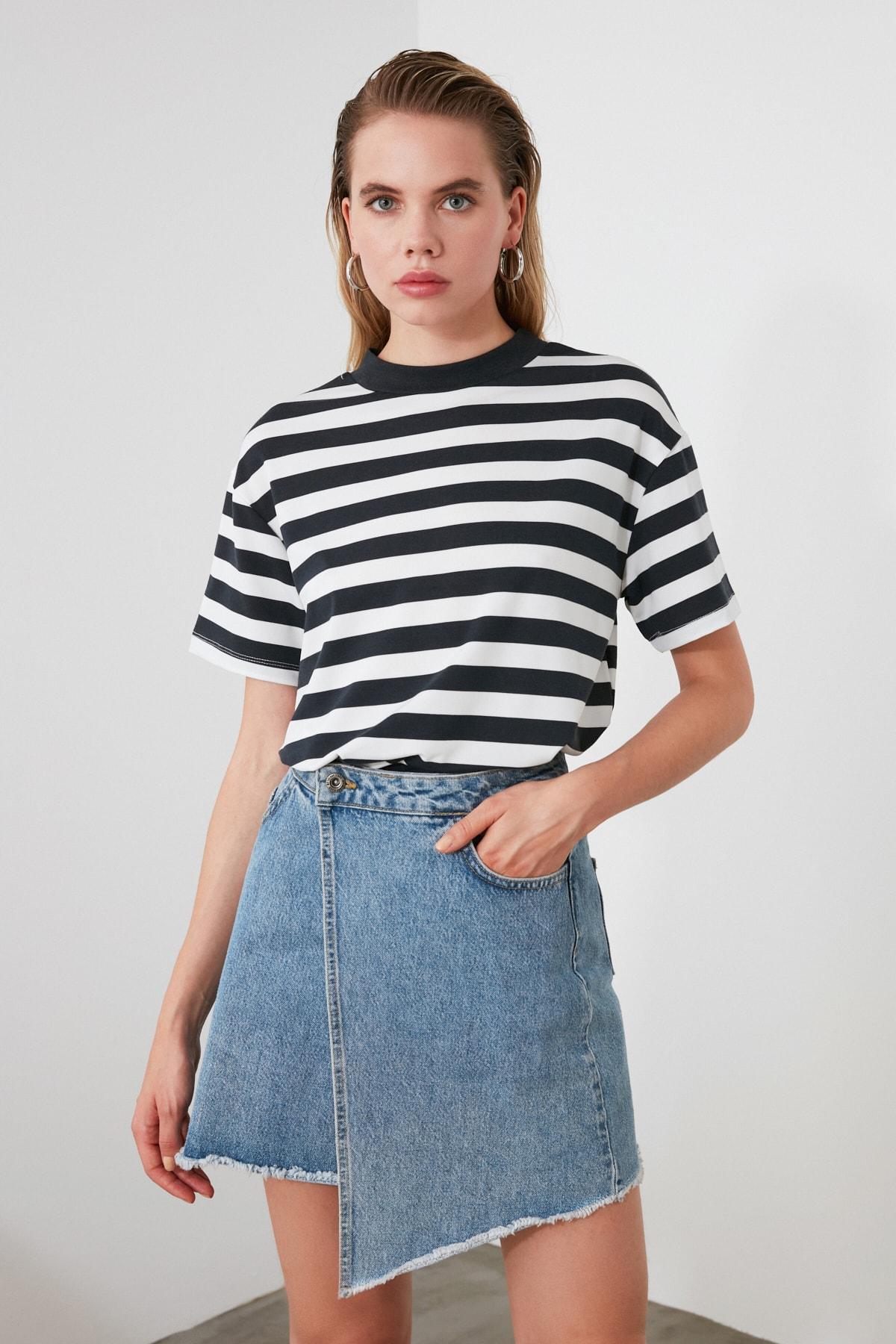 TRENDYOLMİLLA Füme Beyaz Çizgili Dik Yaka Basic Örme T-Shirt TWOAW20TS0096 1