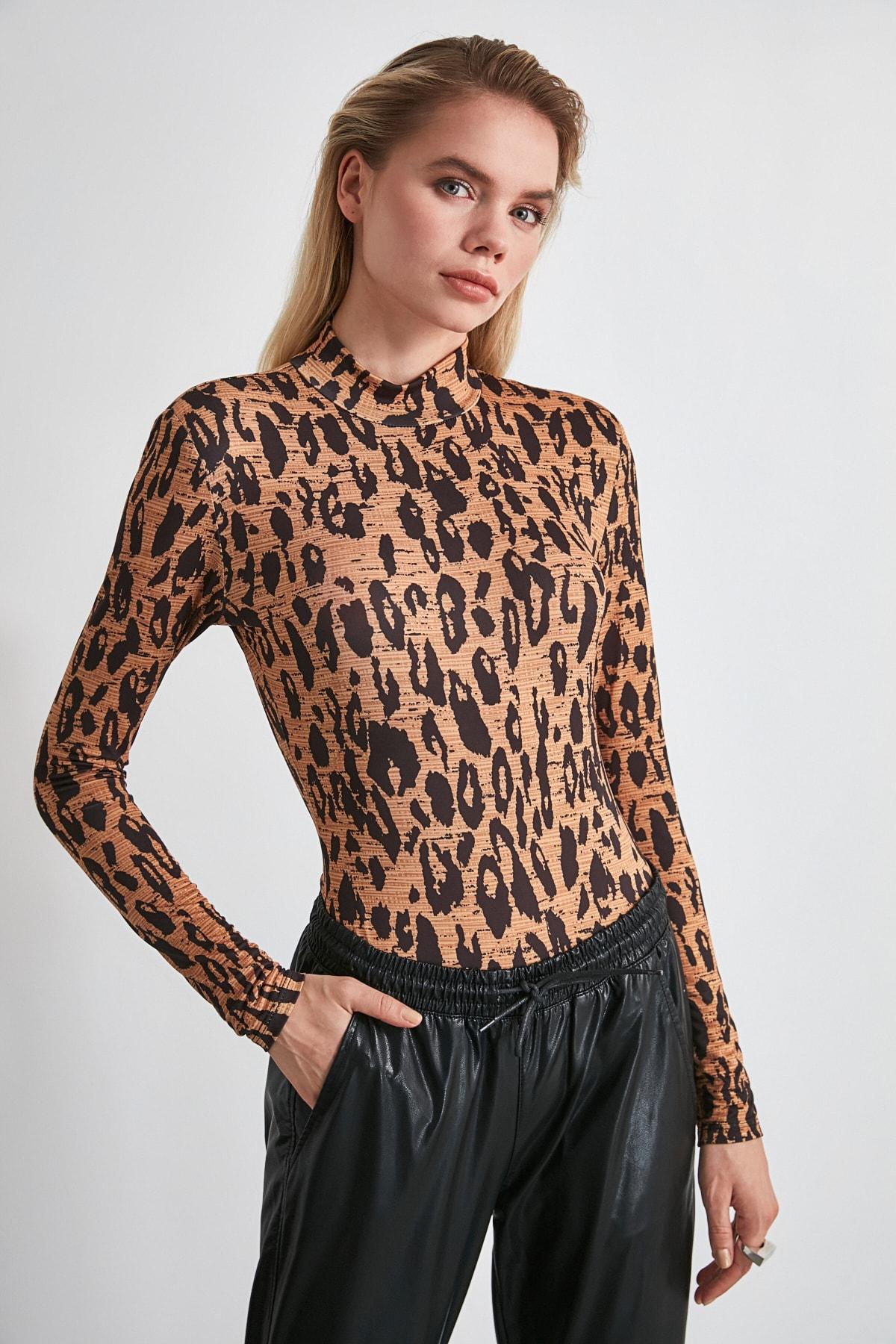 TRENDYOLMİLLA Kahverengi Leopar Desenli Vatkalı Çıtçıtlı Örme Body TWOSS20BD0003 1
