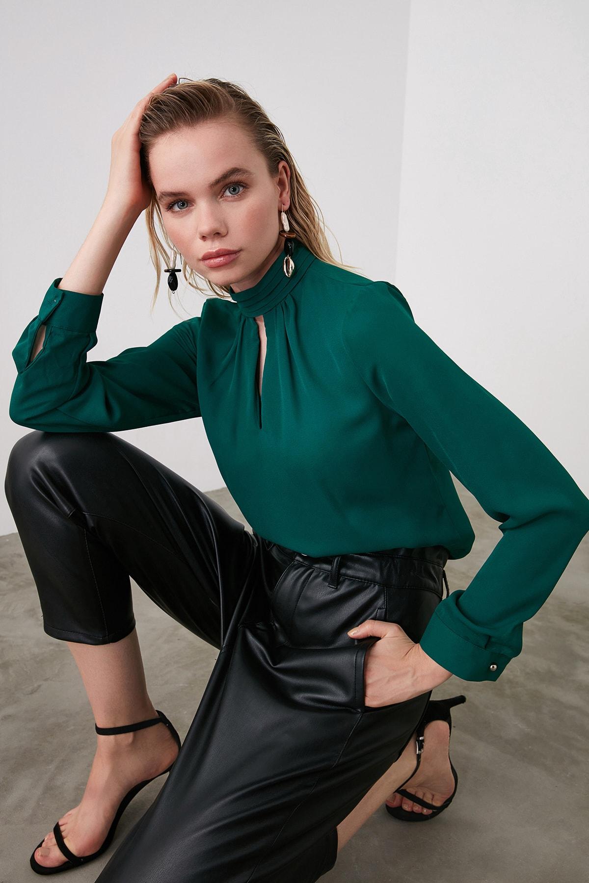 TRENDYOLMİLLA Zümrüt Yeşili Yaka Detaylı Bluz TWOAW20BZ0461 1