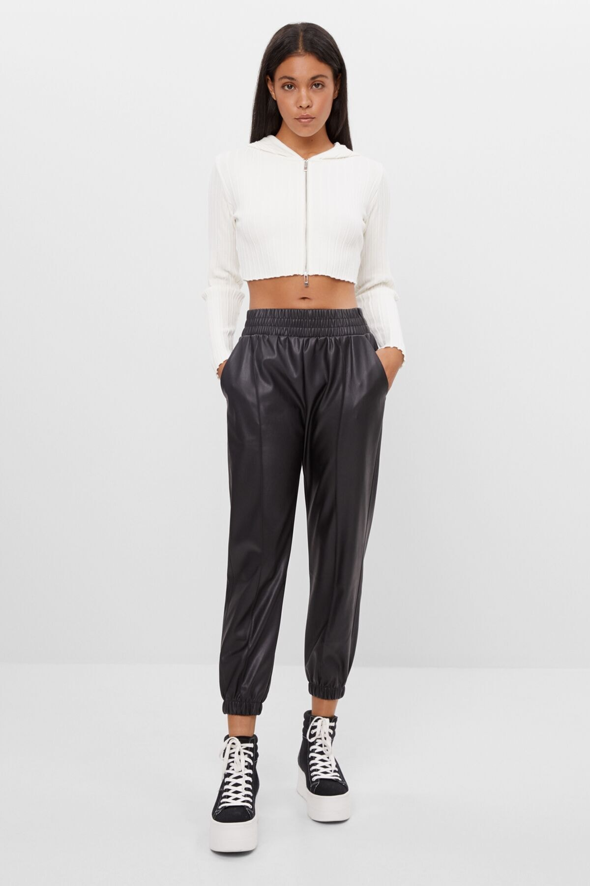 Bershka Kadın Siyah Deri Efektli Jogger Pantolon 1