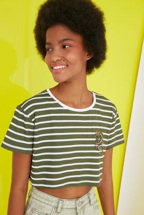 TRENDYOLMİLLA Haki Nakışlı Super Crop Örme T-Shirt TWOSS21TS2779