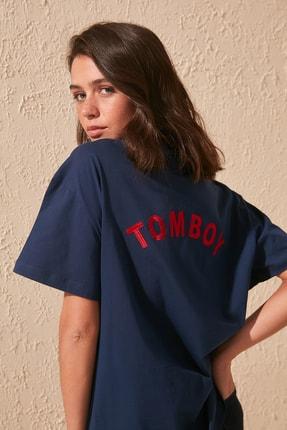 TRENDYOLMİLLA Lacivert Sırt Nakışlı Boyfriend Örme T-shirt TWOSS19GS0111