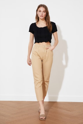 TRENDYOLMİLLA Bej Pile Detaylı Yüksek Bel Mom Jeans TWOSS21JE0572