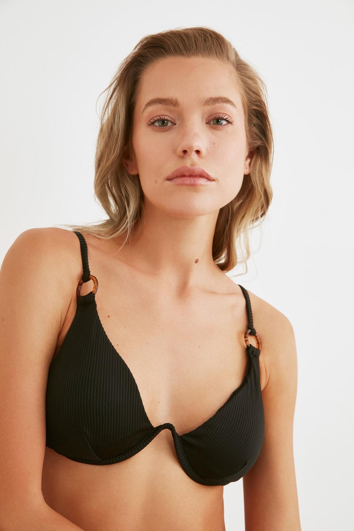 TRENDYOLMİLLA Siyah Aksesuar Detaylı Dokulu Bikini Üstü TBESS20BU0194 1