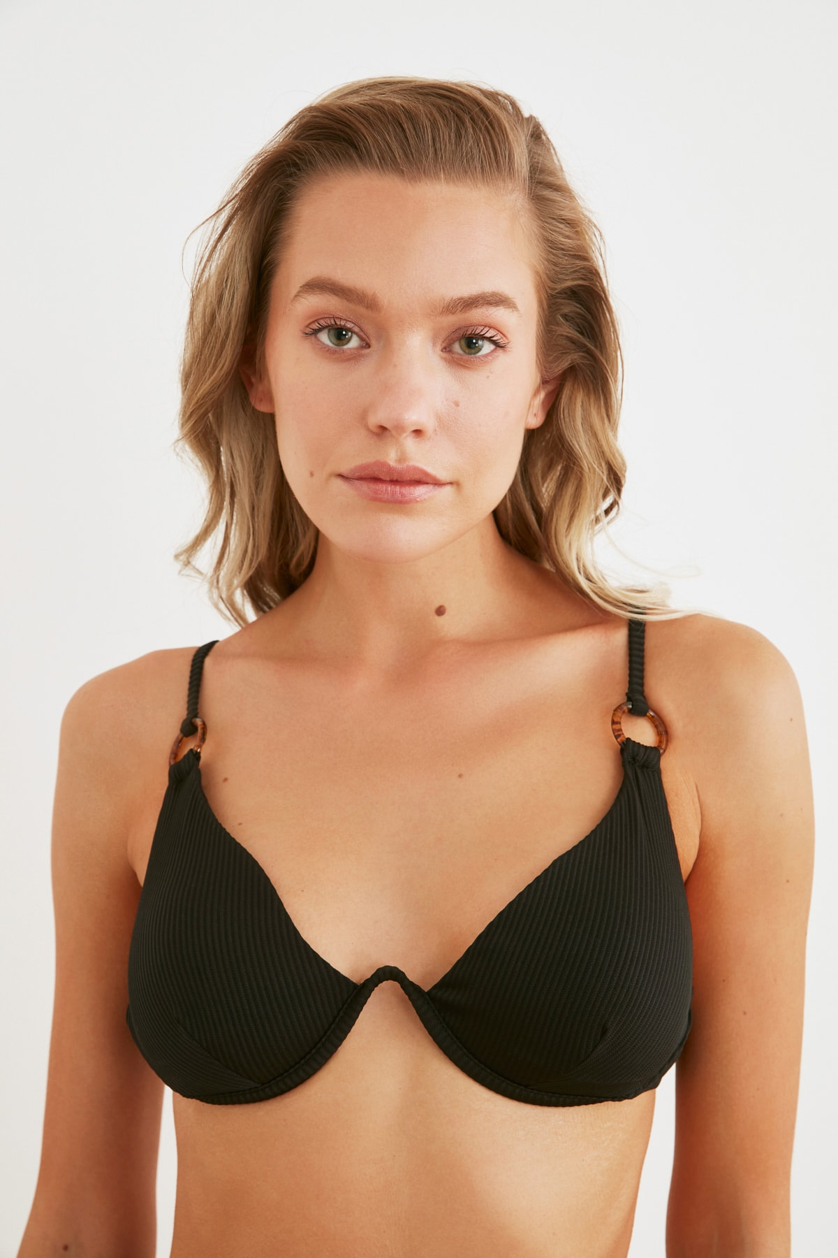 TRENDYOLMİLLA Siyah Aksesuar Detaylı Dokulu Bikini Üstü TBESS20BU0194 2
