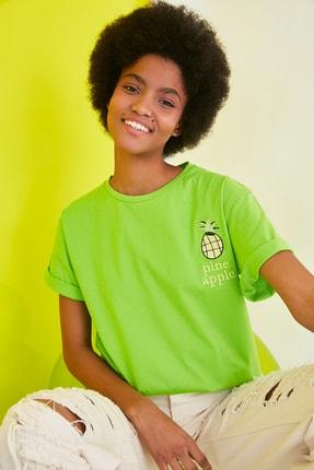TRENDYOLMİLLA Yeşil Nakışlı Boyfriend Örme T-Shirt TWOSS21TS1714