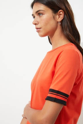 TRENDYOLMİLLA Kırmızı Kol Detaylı Basic Örme T-shirt TWOSS19DU0255