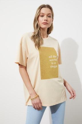 TRENDYOLMİLLA Bej Sim Baskılı Boyfriend Örme T-Shirt TWOSS20TS0419