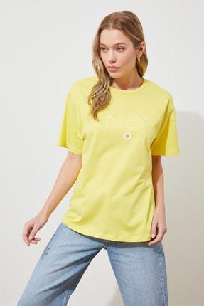 TRENDYOLMİLLA Sarı Nakışlı Boyfriend Örme T-shirt TWOSS19IS0051