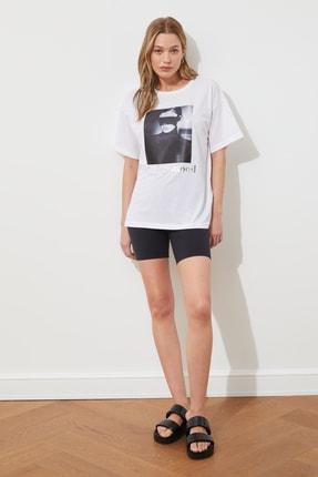 TRENDYOLMİLLA Beyaz Varak ve Pano Baskılı Boyfriend Kalıp Örme T-shirt TWOSS19YN0055