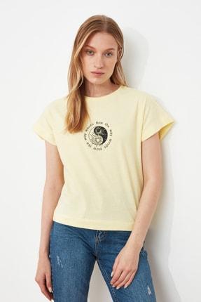 TRENDYOLMİLLA Sarı Baskılı Semifitted Örme T-Shirt TWOSS21TS1721