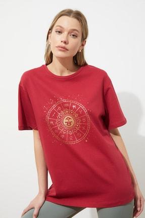TRENDYOLMİLLA Bordo Baskılı Boyfriend Örme T-Shirt TWOSS20TS0249