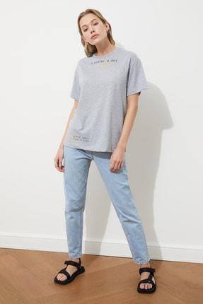 TRENDYOLMİLLA Gri Baskılı Boyfriend Örme T-Shirt TWOSS20TS0816