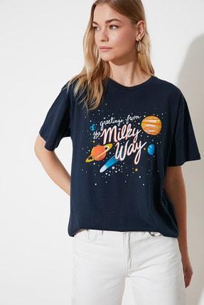 TRENDYOLMİLLA Lacivert Baskılı Boyfriend Örme T-Shirt TWOSS20TS1048