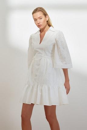 TRENDYOLMİLLA Beyaz Bel Büzgülü Brode Elbise TWOSS21EL3680