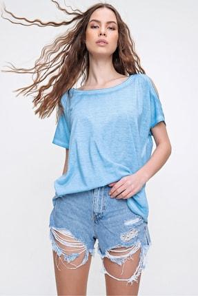 Trend Alaçatı Stili Kadın Mavi Omuz Dekolteli Kayık Yaka Yıkamalı Bluz MDA-1165