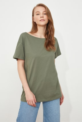 TRENDYOLMİLLA Haki %100 Pamuk Kayık Yaka Boyfriend Örme T-Shirt TWOSS20TS0140