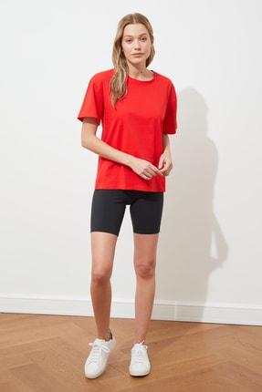 TRENDYOLMİLLA Kırmızı Kolu Baskılı Boyfriend Örme T-Shirt TWOSS20TS1252