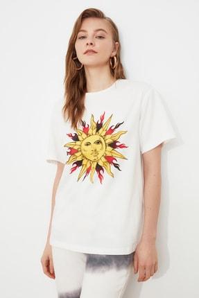 TRENDYOLMİLLA Ekru Baskılı Boyfriend Örme T-Shirt TWOSS20TS0735