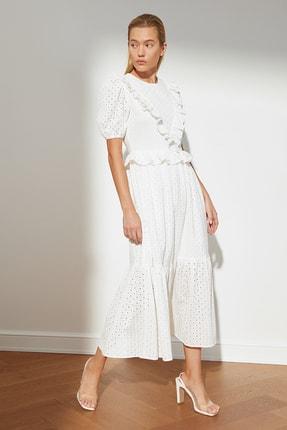TRENDYOLMİLLA Beyaz Fırfırlı Brode Elbise TWOSS21EL3679