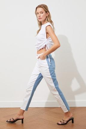 TRENDYOLMİLLA Beyaz Mavi Renk Bloklu Yüksek Bel Mom Jeans TWOSS21JE0461