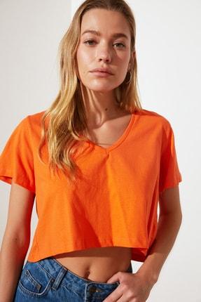TRENDYOLMİLLA Turuncu V Yaka Crop Örme T-Shirt TWOSS21TS2137