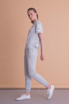 xGIZIA Kadın Gri Cep Üzeri Işleme Detaylı Gri Spor Pantolon