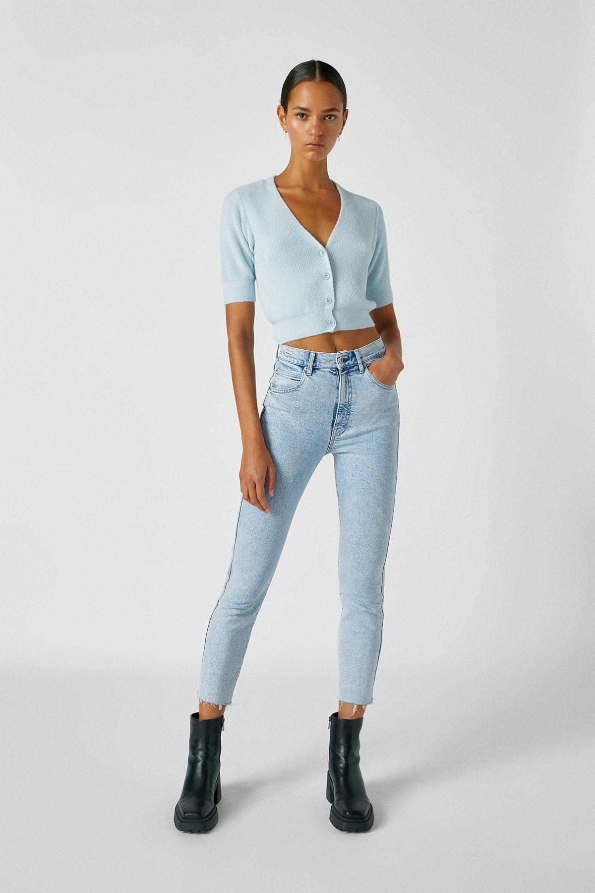Pull & Bear Kadın Açık Mavi Comfort Slim Fit Mom Jean 05682305 1