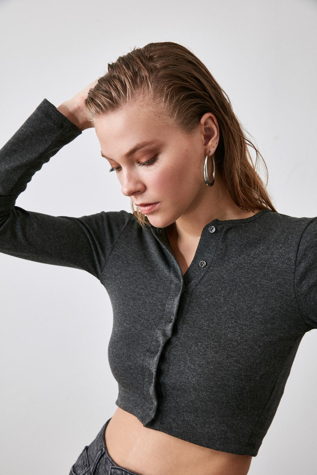 TRENDYOLMİLLA Antrasit Düğmeli Crop Örme Bluz TWOAW21BZ0115 2
