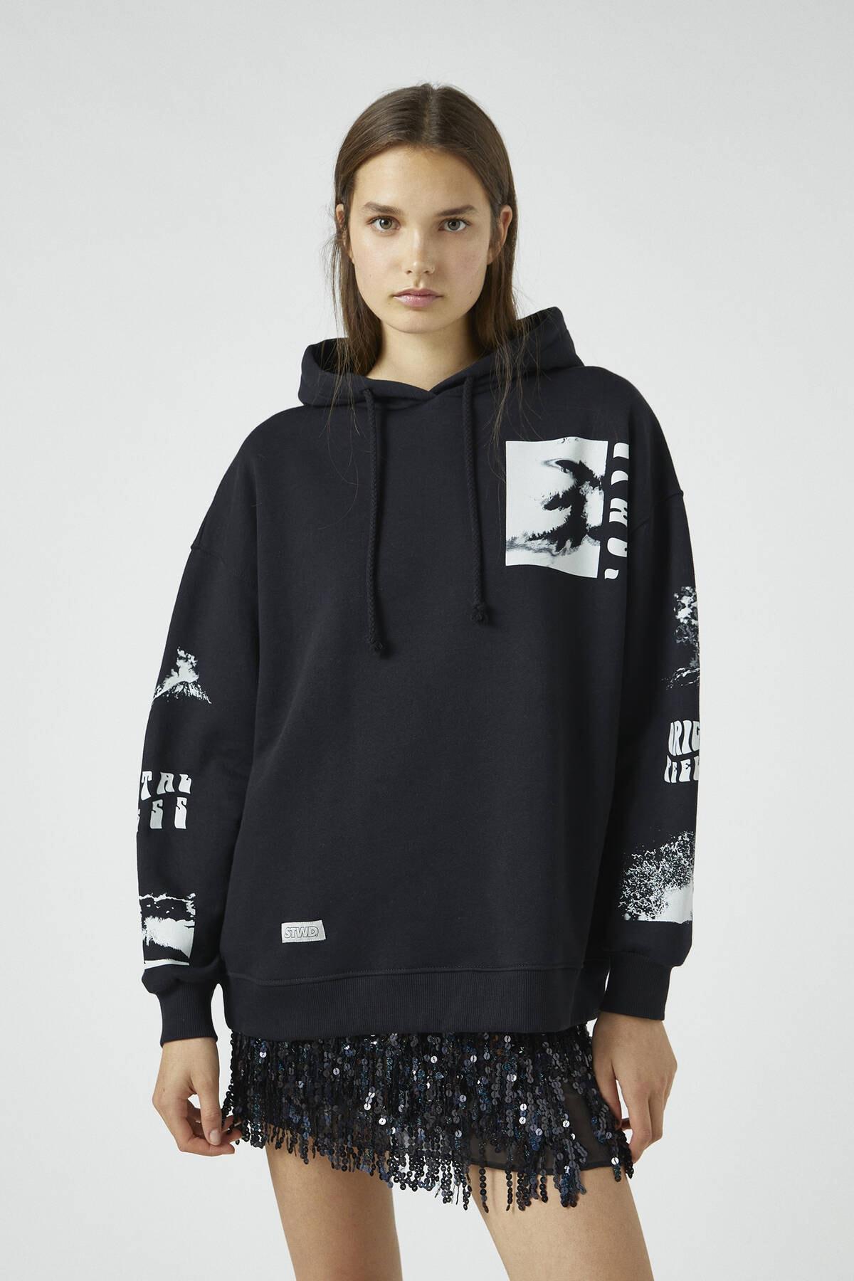 Pull & Bear Kadın Siyah Grafik Baskılı Kapüşonlu Sweatshirt 09594327