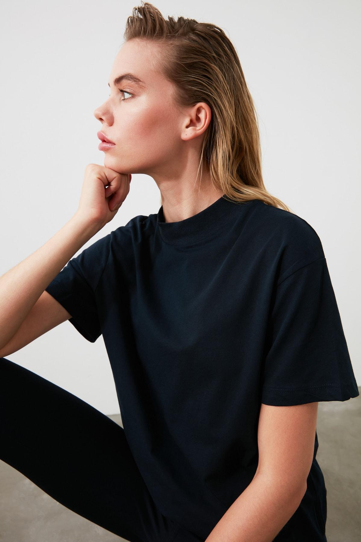 TRENDYOLMİLLA Lacivert Dik Yaka Basic Örme T-Shirt TWOAW20TS0096 1
