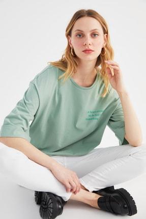TRENDYOLMİLLA Yeşil Boyfriend Ön ve Sırt Baskılı Örme T-Shirt TWOSS21TS3647