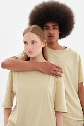 TRENDYOL MAN Bej Unisex Oversize Nakışlı T-Shirt TMNSS21TS3348