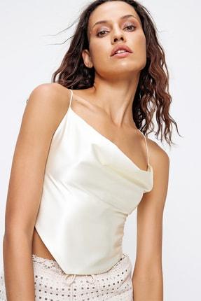 Trend Alaçatı Stili Kadın Ekru İp Askılı Degaje Yaka Sırt Dekolteli Saten Crop Bluz ALC-X6453