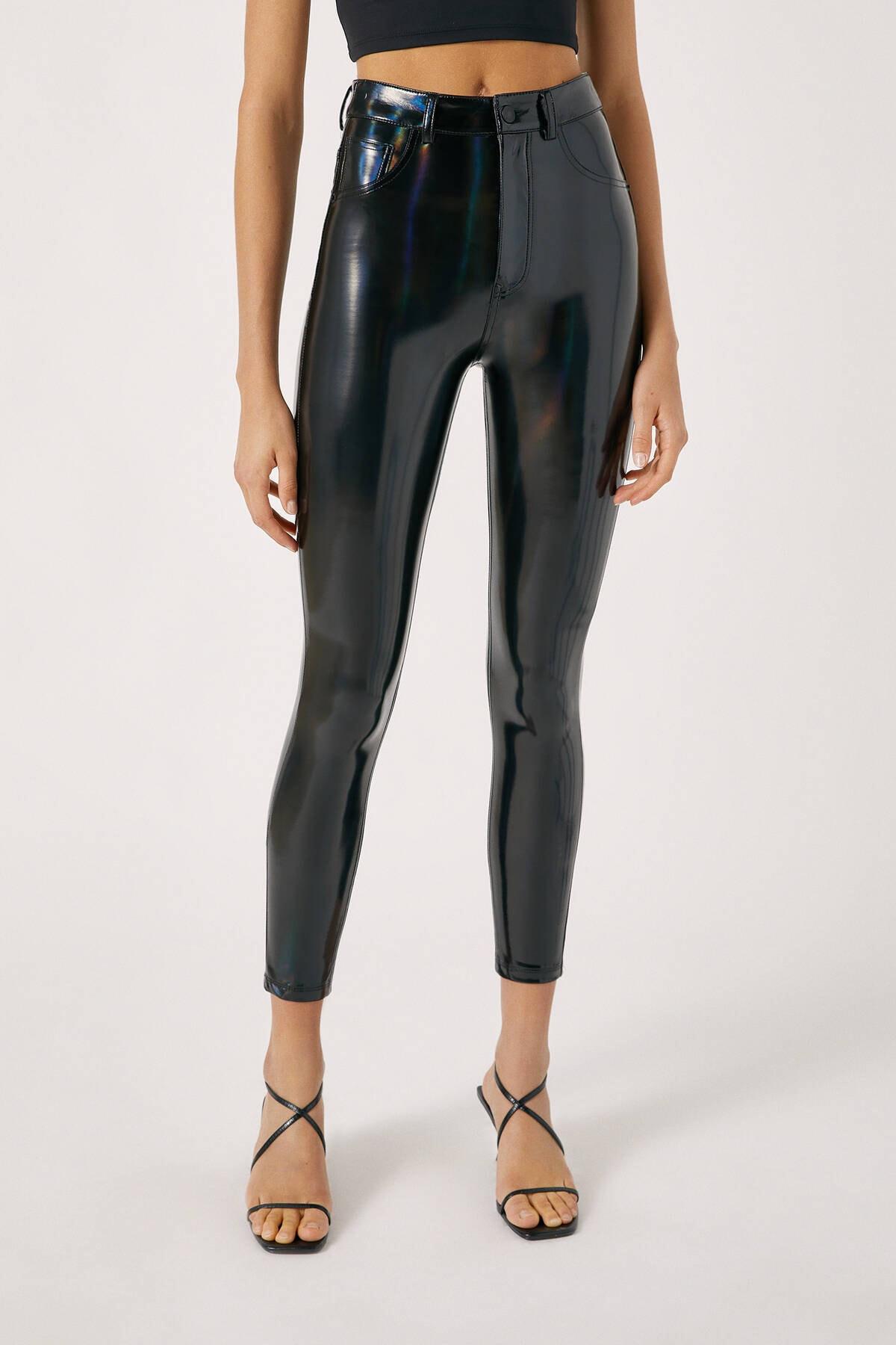 Pull & Bear Kadın Siyah High-Waist Vinyl Trousers 09678314 2