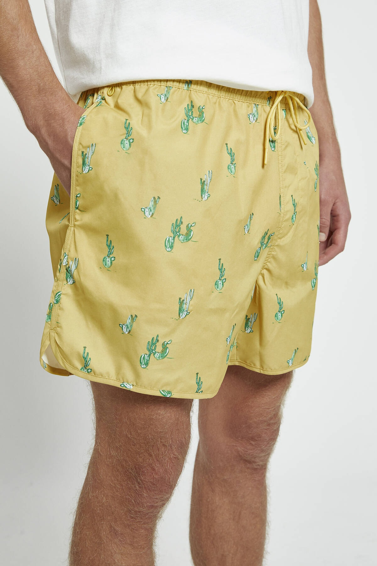Pull & Bear Erkek Sarı Kaktüs Desenli Deniz Şortu 05801519
