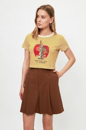 TRENDYOLMİLLA Hardal Baskılı Crop Örme T-Shirt TWOSS21TS3395