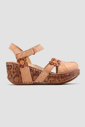 Limoya Hakiki Deri Katlyn Bej Çiçek Detaylı Burnu Kapalı Dolgu Topuklu Sandalet
