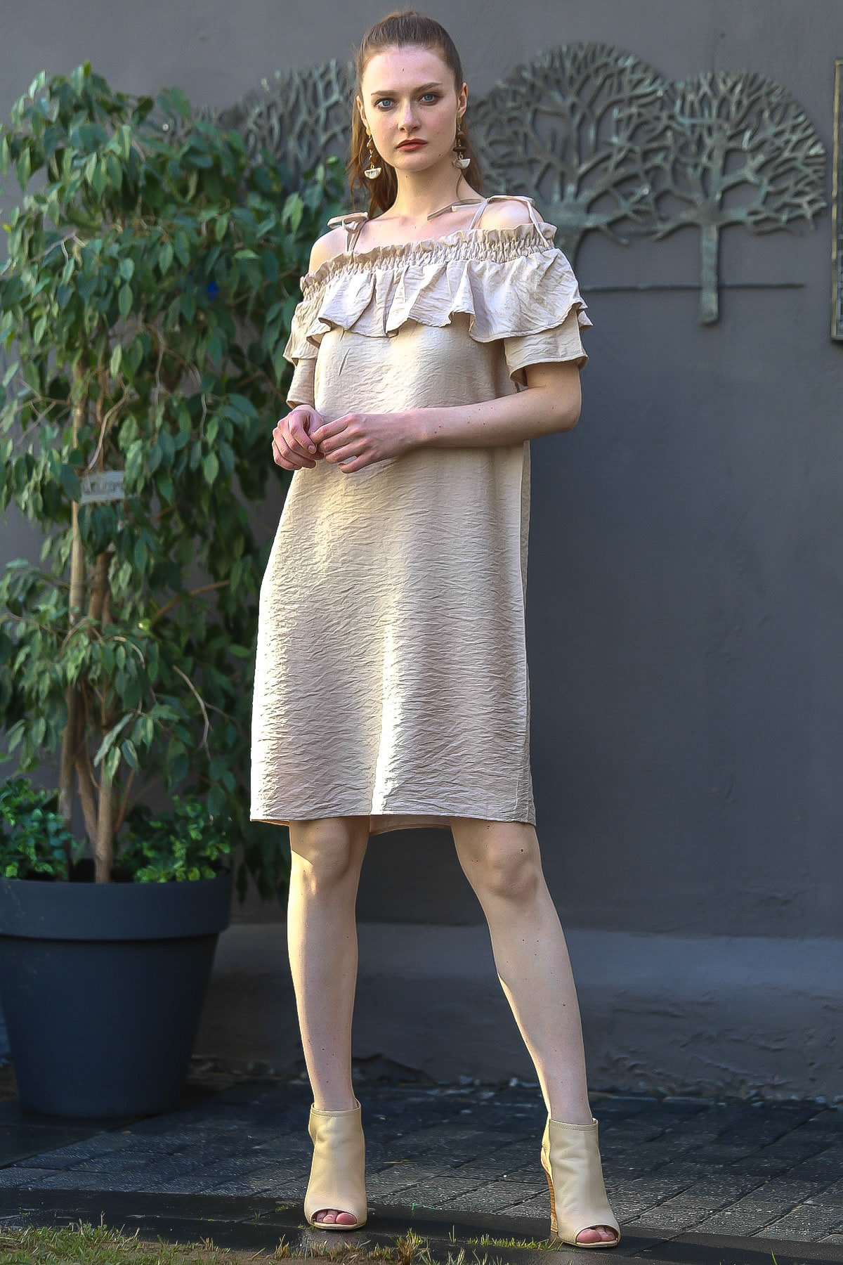 Chiccy Kadın Bej Madonna Yaka Askı Detaylı Fırfırlı Dokuma Elbise M10160000El94787