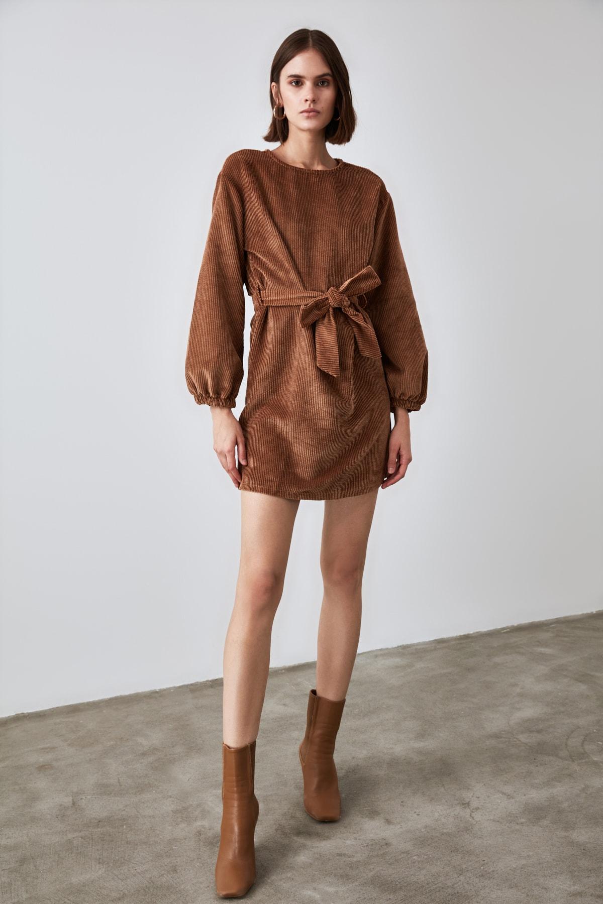 TRENDYOLMİLLA Kahverengi Kuşaklı Fitilli Kadife Elbise TWOAW21EL1156 1