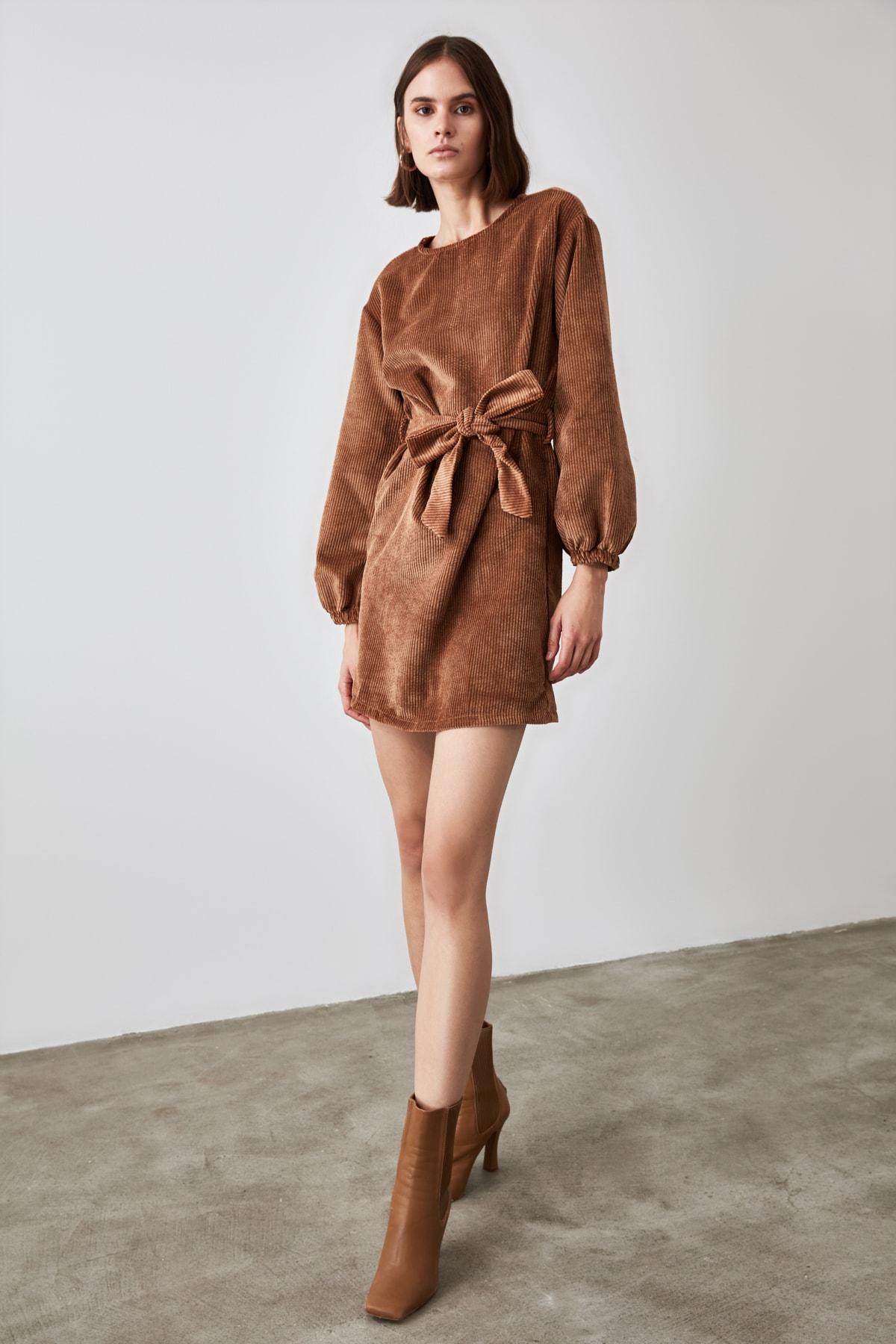 TRENDYOLMİLLA Kahverengi Kuşaklı Fitilli Kadife Elbise TWOAW21EL1156 2