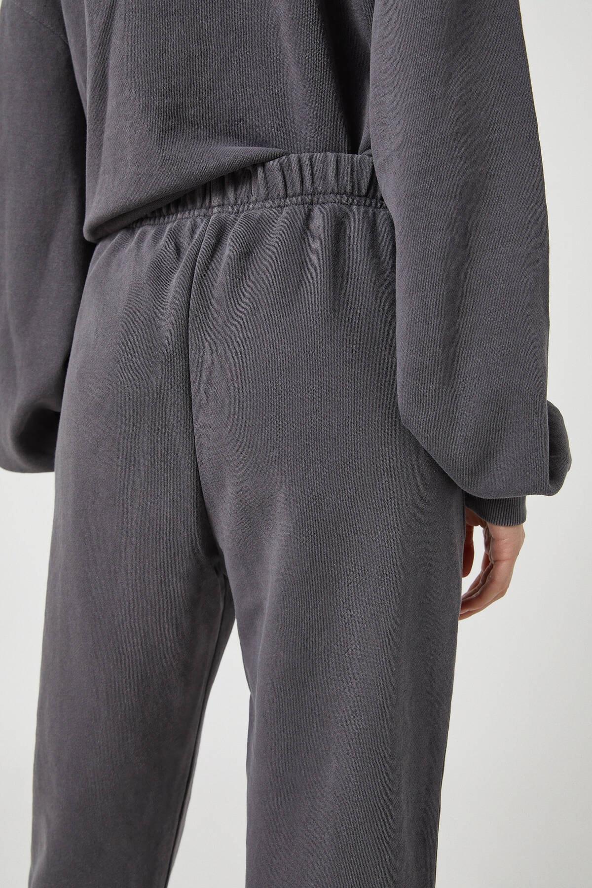 Pull & Bear Kadın Antrasit Gri Soluk Efektli Jogging Fit Pantolon 09678390 2