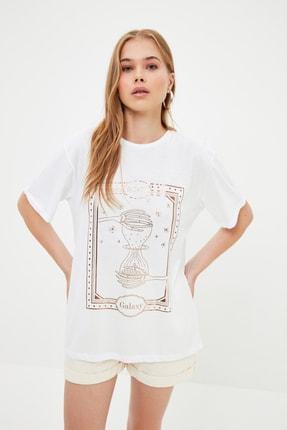 TRENDYOLMİLLA Ekru Baskılı Boyfriend Örme T-Shirt TWOSS21TS3956